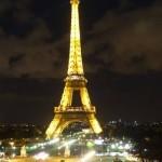 Wieża Eiffela nocą w Paryżu